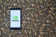 Nvidia-Logo auf Smartphone auf Hintergrund von kleinen Steinen Stockbild