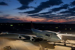 NWA Boeing 747 am NARITA-FLUGHAFEN Stockfoto
