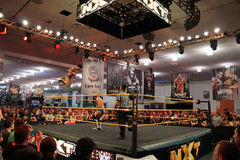 NXT-de sprongen van Worstelingshideo itami van de hoogste kabel naar tegenstander Stock Fotografie
