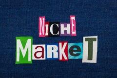 NYŻOWEGO rynku teksta słowa kolaż, wielo- barwiona tkanina na błękitnym drelichu, wysoce skupiający się targowy pojęcie zdjęcie royalty free