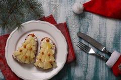 Ny-år smörgåsar med ost, ananors och krabbastiks i form av en julgran royaltyfri foto