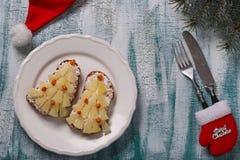 Ny-år smörgåsar med ost, ananors och krabbastiks i form av en julgran royaltyfria foton