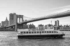 NY水路小船在更低的曼哈顿 免版税库存图片