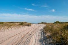 带领往大西洋的桑迪道路,在一美丽的清楚的天空蔚蓝下,法尔岛,NY 库存图片