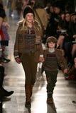 纽约, NY - 5月19日:模型步行拉尔夫・洛朗秋天14儿童的时装表演的跑道 免版税库存图片
