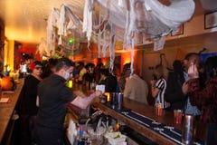 纽约, NY - 10月31日:在时尚党的一般大气在万圣夜事件期间 免版税库存照片