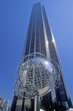 在王牌国际饭店前面的地球在第59条街道,纽约, NY上的雕塑和塔 免版税库存图片