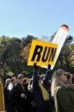 NY 7 Nov.: De ventilator houdt teken zeggend In werking gestelde Marathon NYC Stock Fotografie