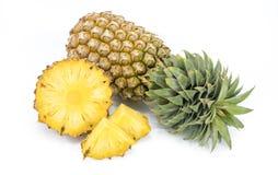Ny ananas med skivor Arkivfoto