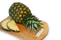 Ny ananas på träskärbräda Arkivbild