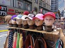 NY-Andenken, New- Yorkhüte, Baseballmützen, New York City, NYC, USA Stockbild