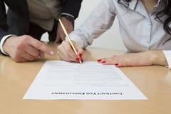 Ny anställd för arbetsgivare visa var att underteckna anställningsavtalet arkivfoto