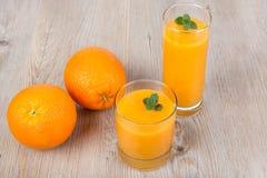 Ny apelsin- och ingefärasmoothiedrink Fotografering för Bildbyråer