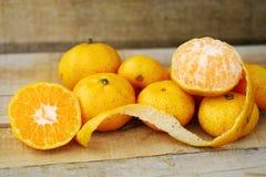Ny apelsin på träbakgrund för sunt Organisk eller ren frukt från fruktträdgård i marknaden Ren frukt och drink för hälsa Royaltyfria Bilder