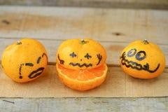 Ny apelsin på trätabellen i matsal Sund frukt för förlorar vikt, nya apelsiner på träbakgrund Arkivbild