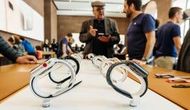 Ny Apple för Apple klockaserie 3 snille, klockor ror Arkivfoton