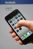 Ny Apple iphone 5 med Facebook App Arkivfoton