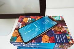 Ny Apple Iphone X flaggskeppsmartphone som förläggas på loppboken Royaltyfria Bilder