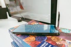 Ny Apple Iphone X flaggskeppsmartphone som förläggas på loppboken Arkivfoto