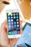 Ny Apple iPhone 6 och iPhone 6 plus i hand Arkivbilder