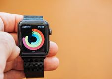 Ny Apple klockaserie 3 vård- app milstolpar för aktivitetsapp Arkivfoto