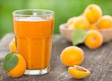 Ny aprikos och fruktsaft Arkivfoto