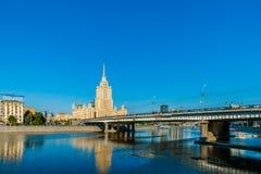 Ny Arbat bro över Moskvafloden Royaltyfria Bilder