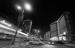 Ny Arbat gata i Moskva vid den svartvita natten Fotografering för Bildbyråer
