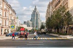 Ny arkitektur av gamla och nya hus för Moskva, på gatorna Arkivfoto