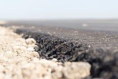 Ny asfaltväg på naturen Arkivfoto