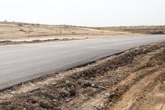 Ny asfaltväg på naturen Royaltyfria Bilder