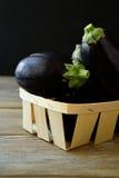Ny aubergine i en ask Arkivbilder