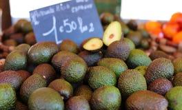 Ny avokado på bondemarknaden i Frankrike, Europa Italienska avokadon Gatafranskamarknad på Nice arkivfoton