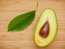 Ny avokado på träbakgrund Sund mat för organisk avokado Royaltyfri Fotografi