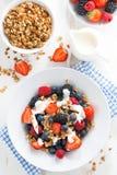 Ny bär, yoghurt och mysli för frukost, bästa sikt arkivfoton