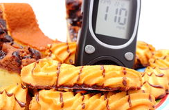 Ny bakad bakelse- och glukosmeter Vit bakgrund Arkivbild