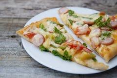 Ny bakad hemlagad pizza med ost och tomater lantligt trä för bakgrund arkivfoto