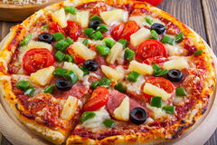 Ny bakad pizza hawaii Royaltyfria Bilder