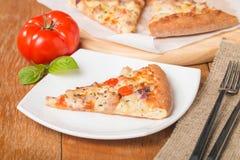 Ny bakad pizzaskiva Fotografering för Bildbyråer