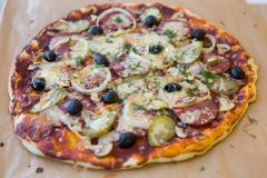 Ny baled pizza Arkivbild