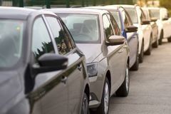 Ny bil, bilar, till salu medel i rad fotografering för bildbyråer