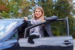 Ny bil i stad fotografering för bildbyråer