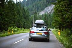 Ny bilkörning som är snabb på en väg i berg Arkivbild
