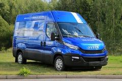 Ny blå Iveco daglig skåpbil Arkivbild