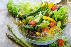 Ny blandad sallad med grön sparris för sunt mellanmål royaltyfri fotografi