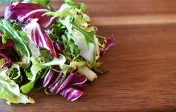 Ny blandning för grön sallad på trä Royaltyfria Foton