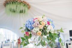 Ny blom- sammansättning på ferietabellen Beautifully organiserad händelse - tjänade som banketttabeller som är klara för gäster Royaltyfri Bild