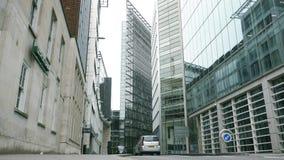 Ny boja Ln i London Förenade kungariket med den traditionella taxien stock video