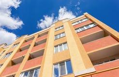 Ny bostads- byggnad mot himlen Royaltyfria Foton