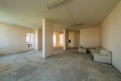 Ny bostads- lägenhet, utan fullföljande i modernt hem Betongväggar och kommunikationer Royaltyfri Foto